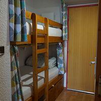 location à port engaly 2, l'alcove avec lits superposés et rideaux