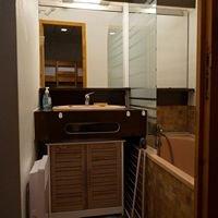 la salle de bain de la location à piau