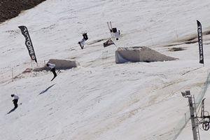 Superbe backflip sur un module XL du snow park de Piau Engaly