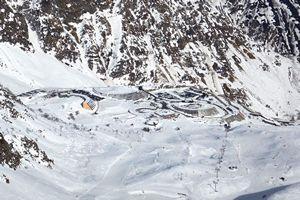 La station de Piau enneigée au pied du domaine skiable